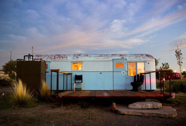 El Cosmico, trailer