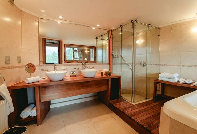 treehouse hotel bathroom