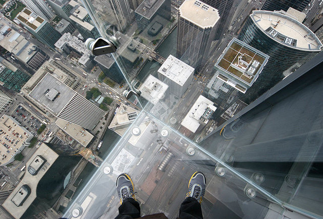 Willis tower skydeck glass cracks scares living crap out for Glass deck floor