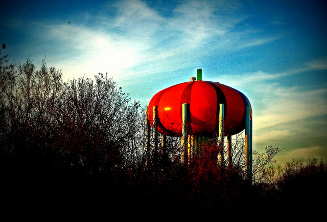 Circleville (OH) United States  city photos gallery : Weird Water Towers Peach From House of Cards Largest Bottle of ...