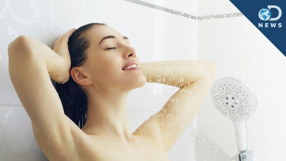Молодая спортивная девчонка просто принимает душ  165097