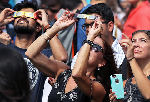 Searches for 'eyes hurt,' 'eye damage' peak during eclipse in SC