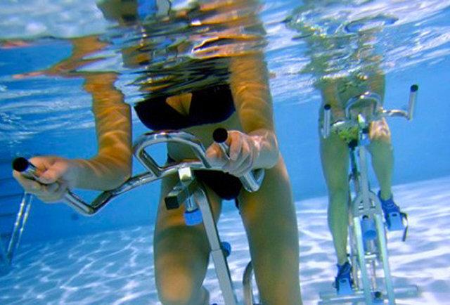 Nemo 33 deepest indoor swimming pool in world thrillist for Deepest indoor swimming pool in the world
