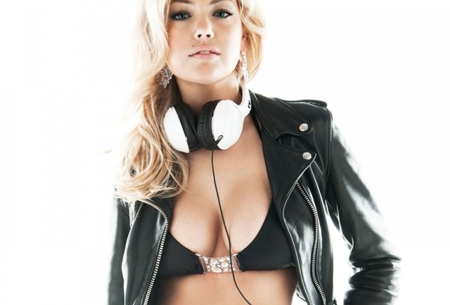 Kate Upton x Skullcandy = Model Mondays