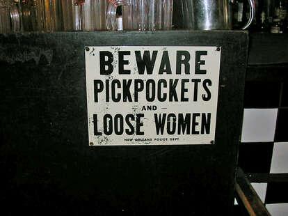 pickpocket warning sign