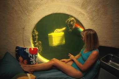 Women in Jules' Undersea Lodge