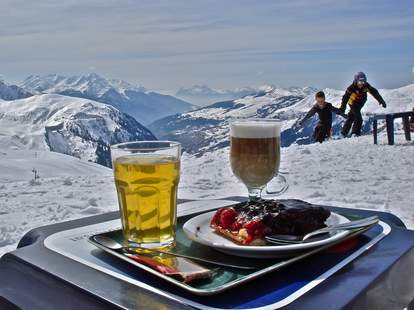 beer and food on tray