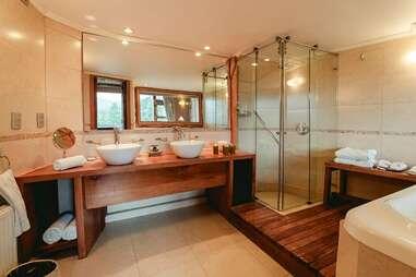 treehouse hotel bathroom