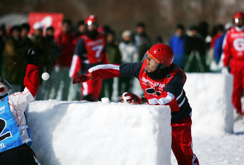 Yukigassen player throwing snowball