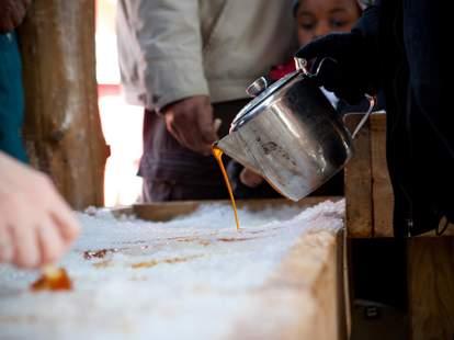 Cabane à Sucre Le Chalet des Érables pouring pot