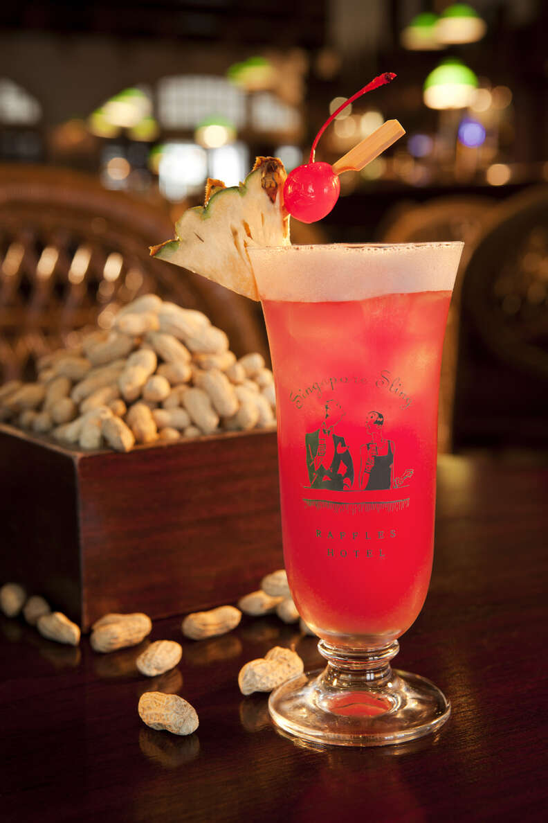 singapore sling at raffles long bar