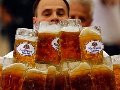 Oliver Struempfel carries 27 liters of beer