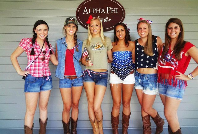 These 10 colleges have the hottest girls