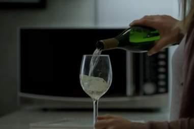 Carrie drinking on Homeland season 4, episode 3