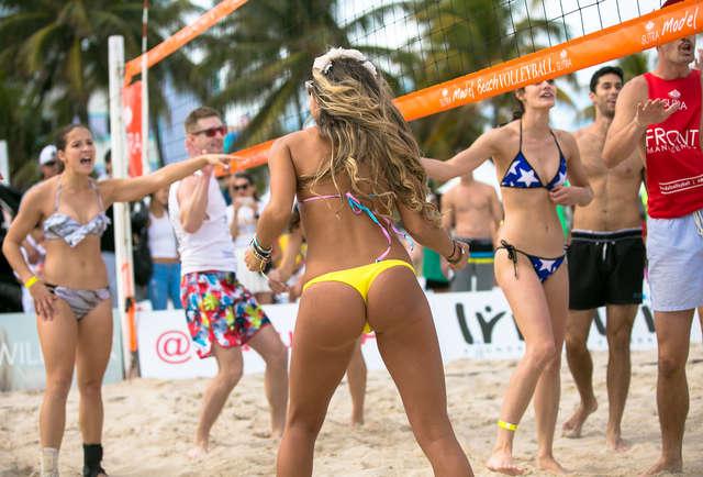 Волейбол топлесс