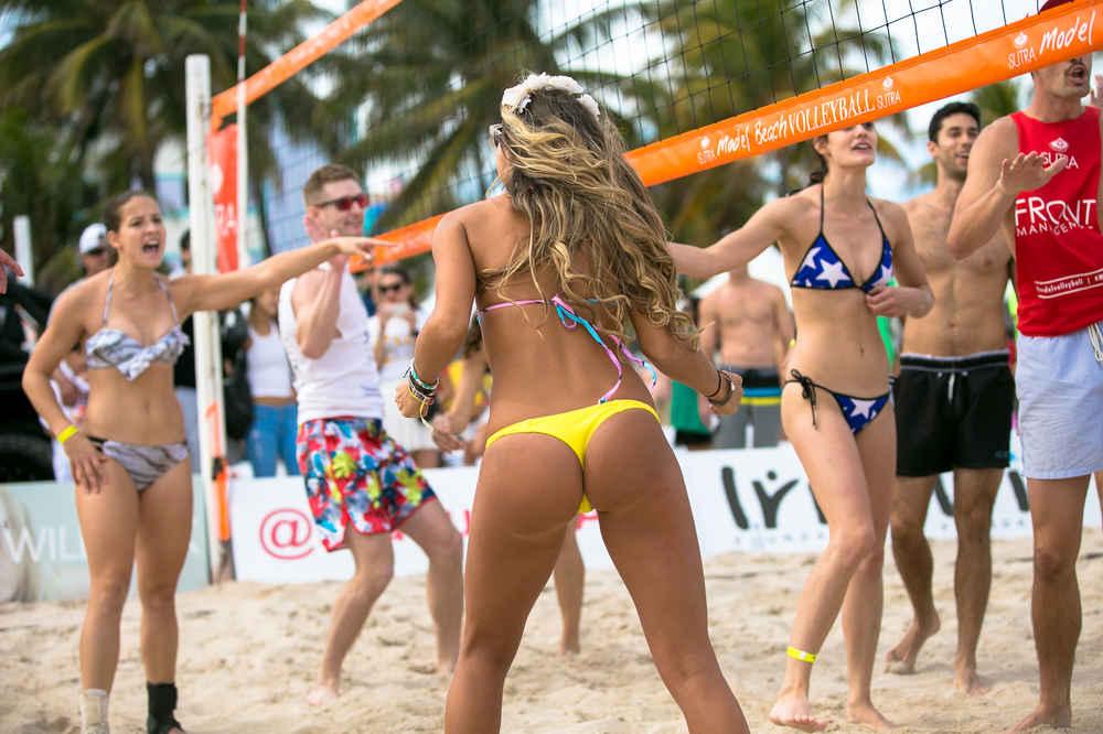 Красотка топлес играют волейбол #13