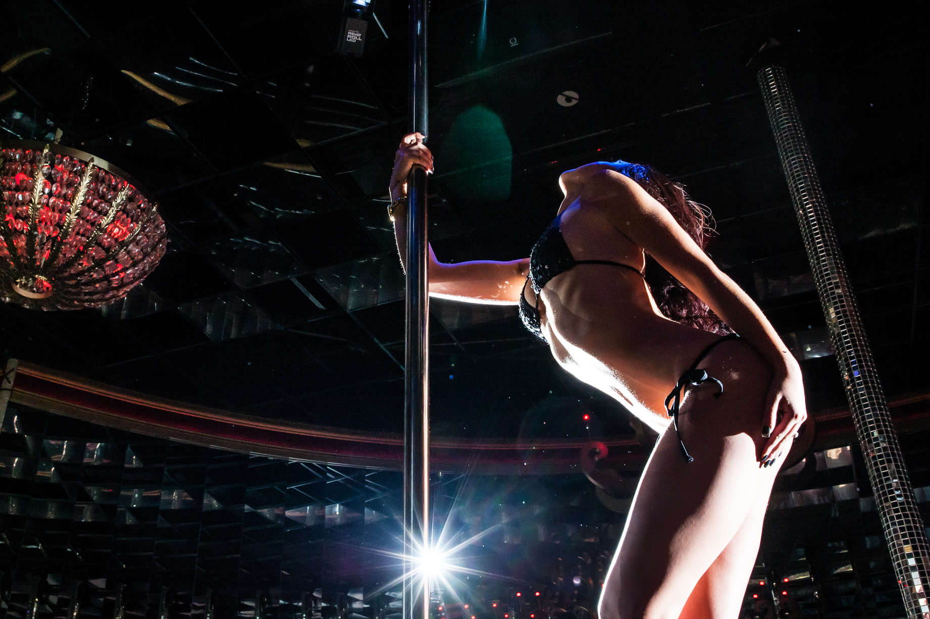 Evan longoria's wife sues tampa strip club over photo use