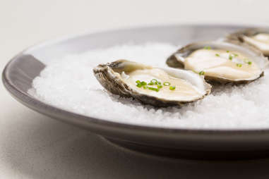 Grand Central Oyster Bar's Grilled Oysters In Vin Blanc Sauce — Thrillist Recipes