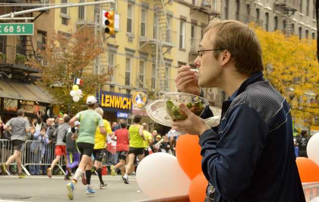 10 Photos of People Eating Along the NYC Marathon Route
