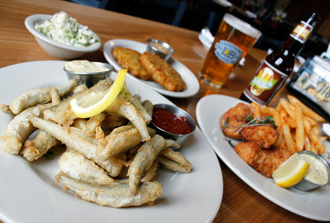 The best fish fries in milwaukee thrillist for Best fish fry milwaukee