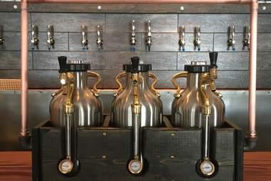 Growlerwerks beer pressurizer and growler