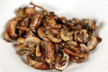 Sauteed slices of mushrooms sprinkled with herbs