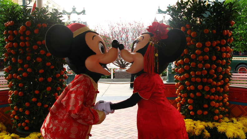 mickey and minnie mouse kissing disney disneyworld characters