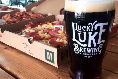 Lucky Luke beer with pineapple and ham pizza