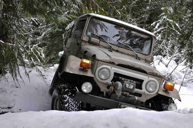 Toyota FJ 40 in the snow