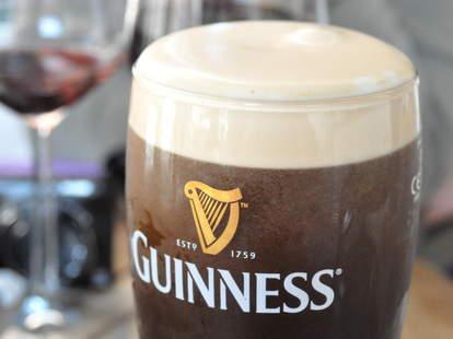 Guinness, Guinness glass, Guinness pour