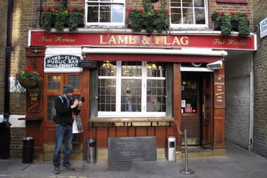 lamb & flag bar in london