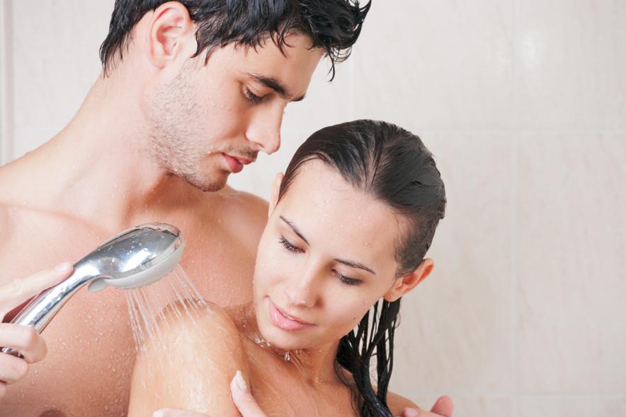 Как дома муж с женой собираются в душ купаться 14
