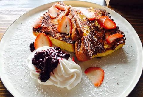 Egghead Café french toast with strawberries thrillist honolulu