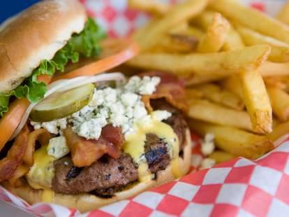 Teddy's Bigger Burgers, cheeseburger