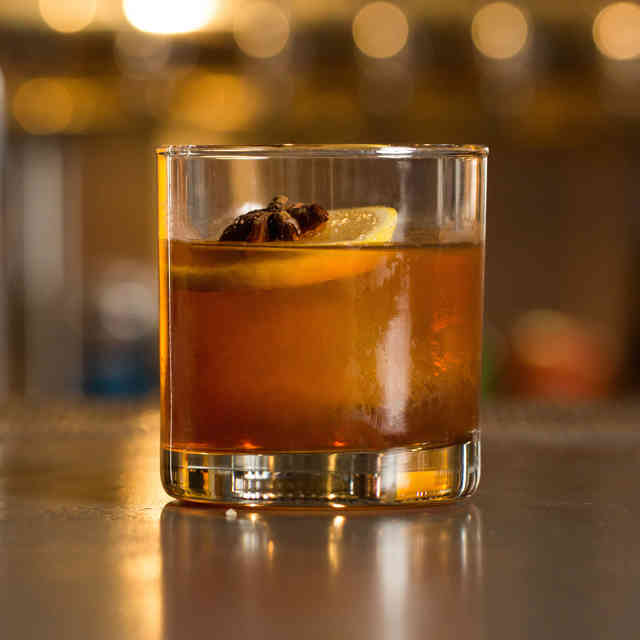 Easy 3-Ingredient Whiskey Drinks to Up Your Home Bartending Game