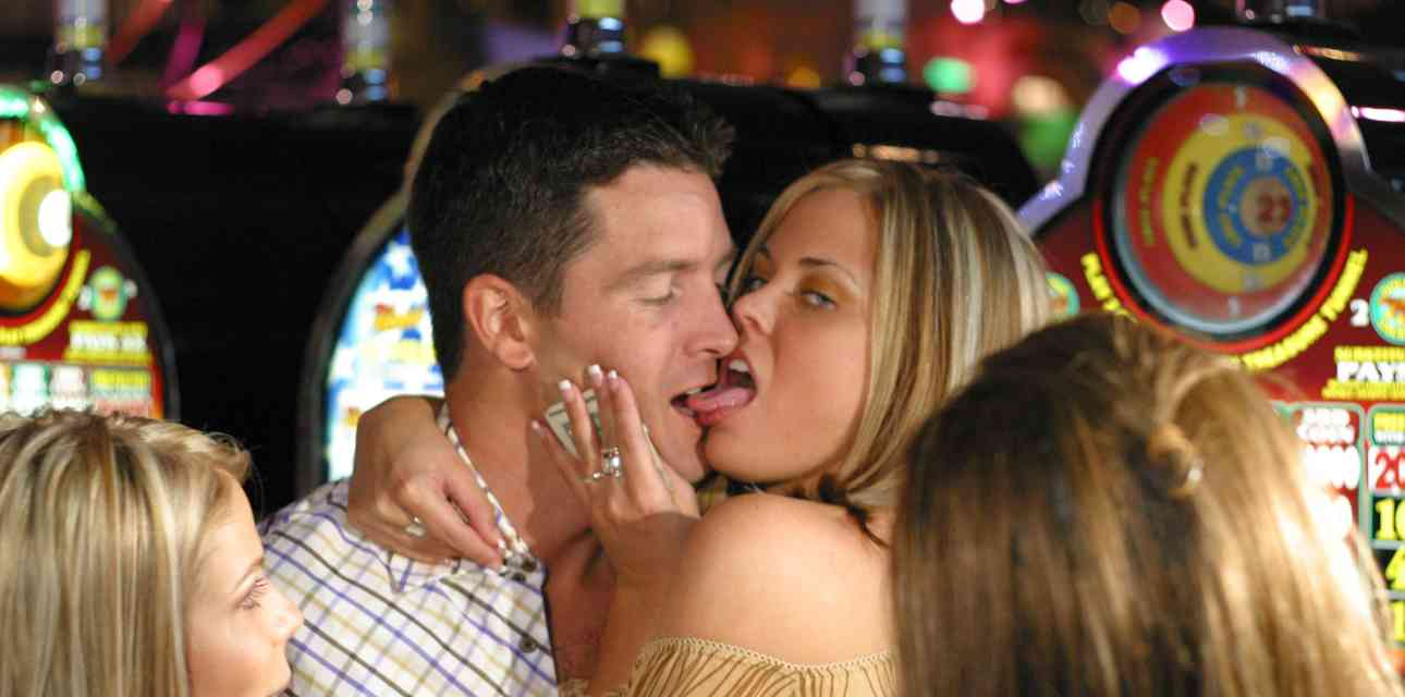 14 Signs You\'re on a \'00s Reality Dating Show