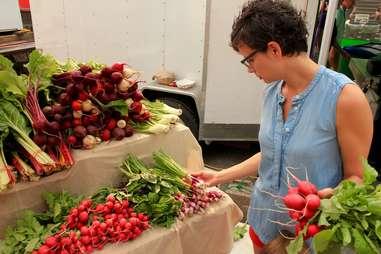 Choosing produce at the farmer's market