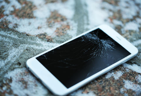 apple made cracked broken iphone screens way cheaper to replace