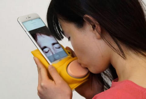 woman using kissenger device