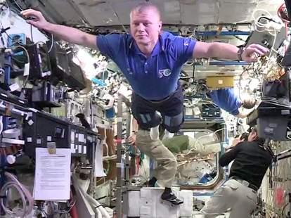 space mannequin challenge