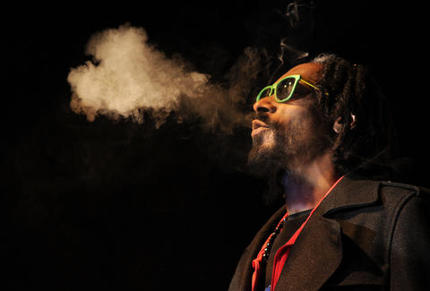 snoop dogg smoking weed in concert