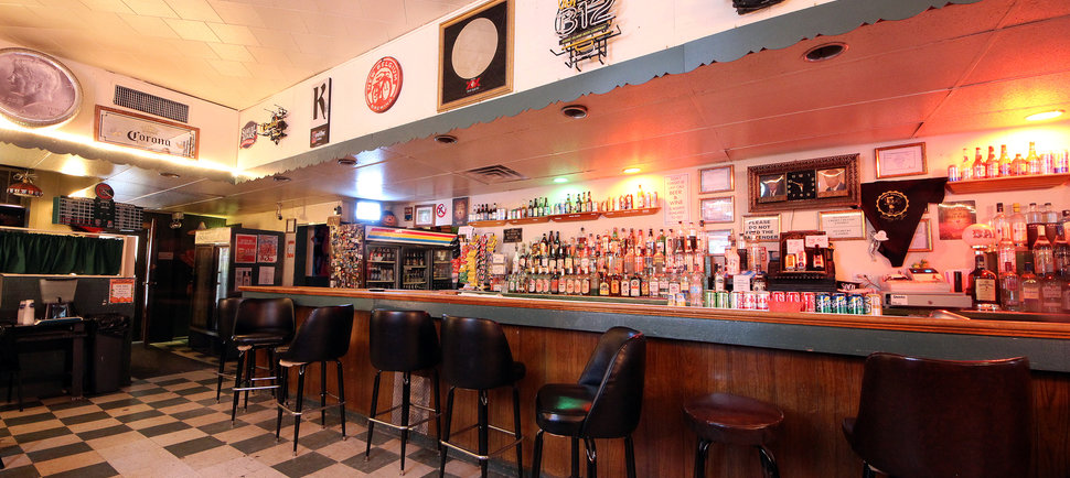 25 Signs You're in a Real Chicago Dive Bar