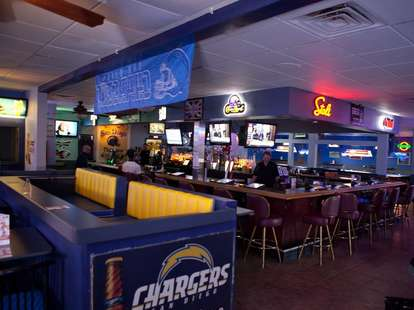 shooters bar grill vegas wing king