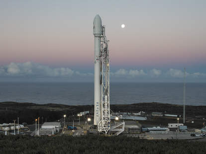 SpaceX commercial flight to moon