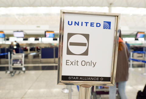 United Airlines removes wedding couple from flight