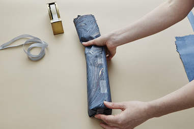 Step 2 – How to Wrap a Whisky Bottle – Johnnie Walker - Supercall