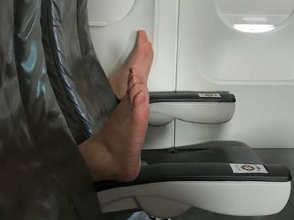 no bare feet on planes
