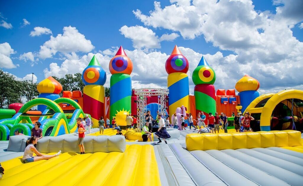 Big bounce america world 39 s biggest bounce house comes to for Big houses in america