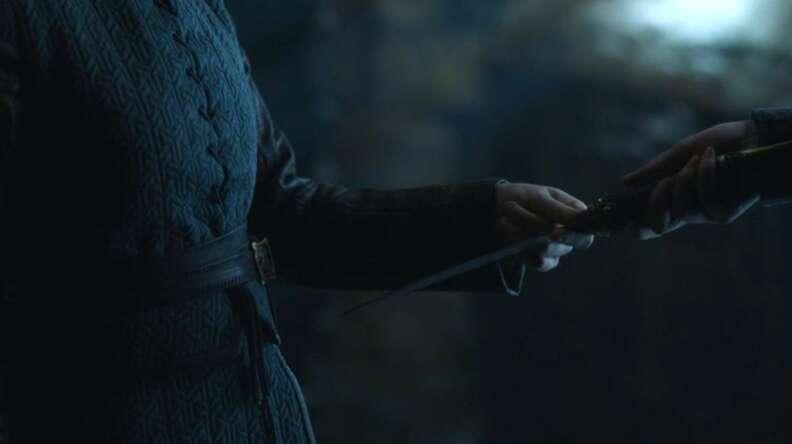 arya gives sansa the dagger game of thrones