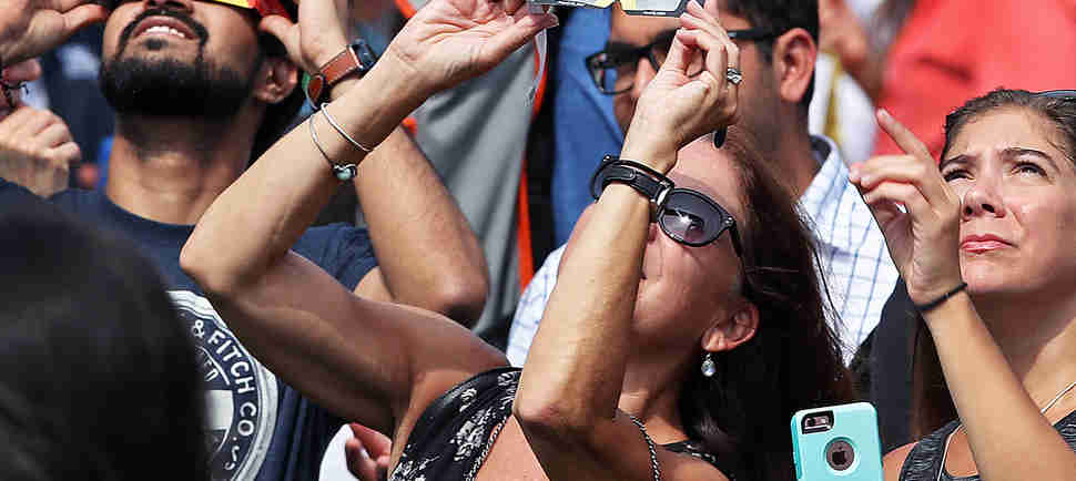 Here Are the Eye Damage Symptoms to Worry About After Watching the Eclipse